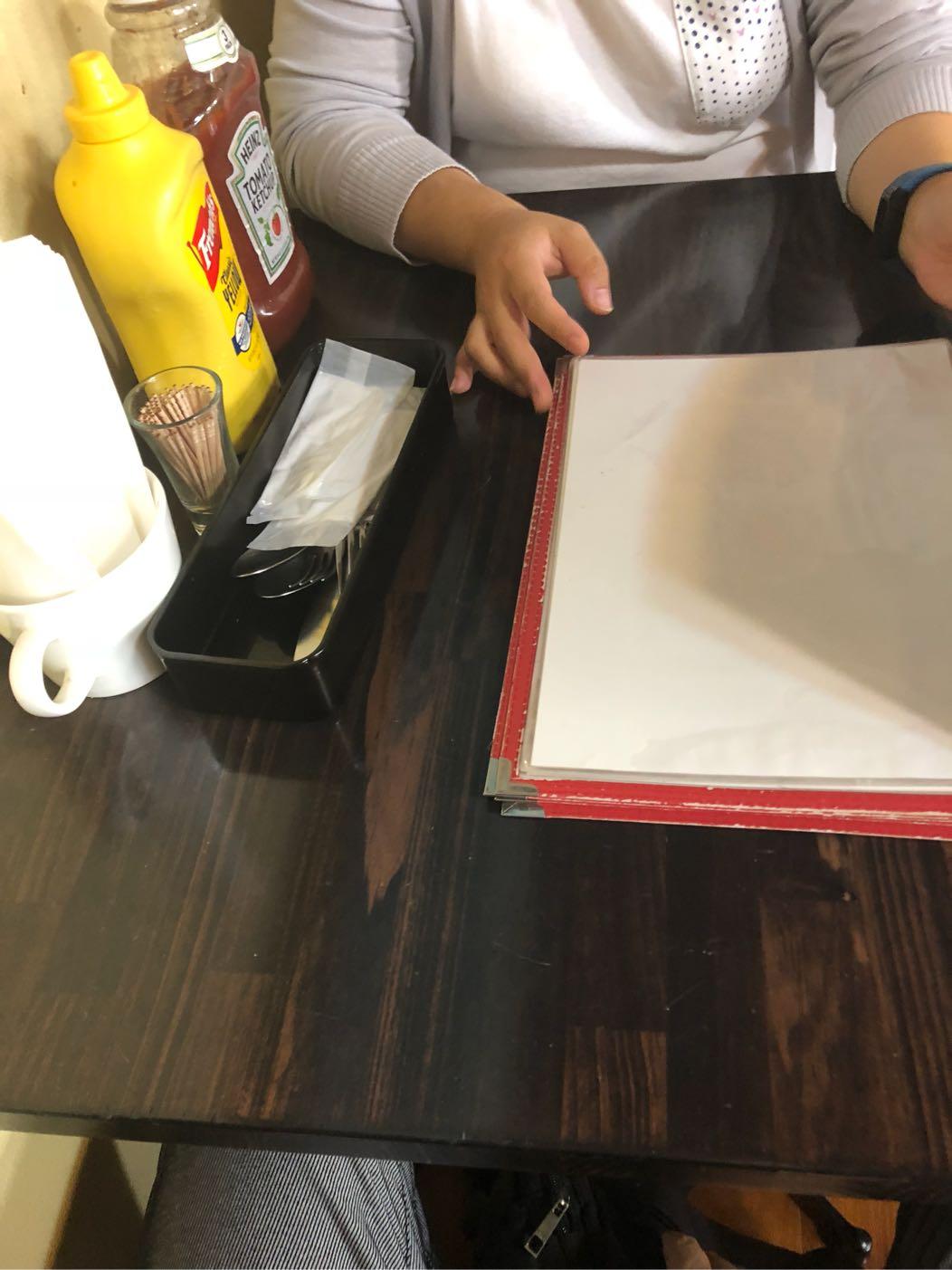ツナミカレーアンドグリルのテーブル
