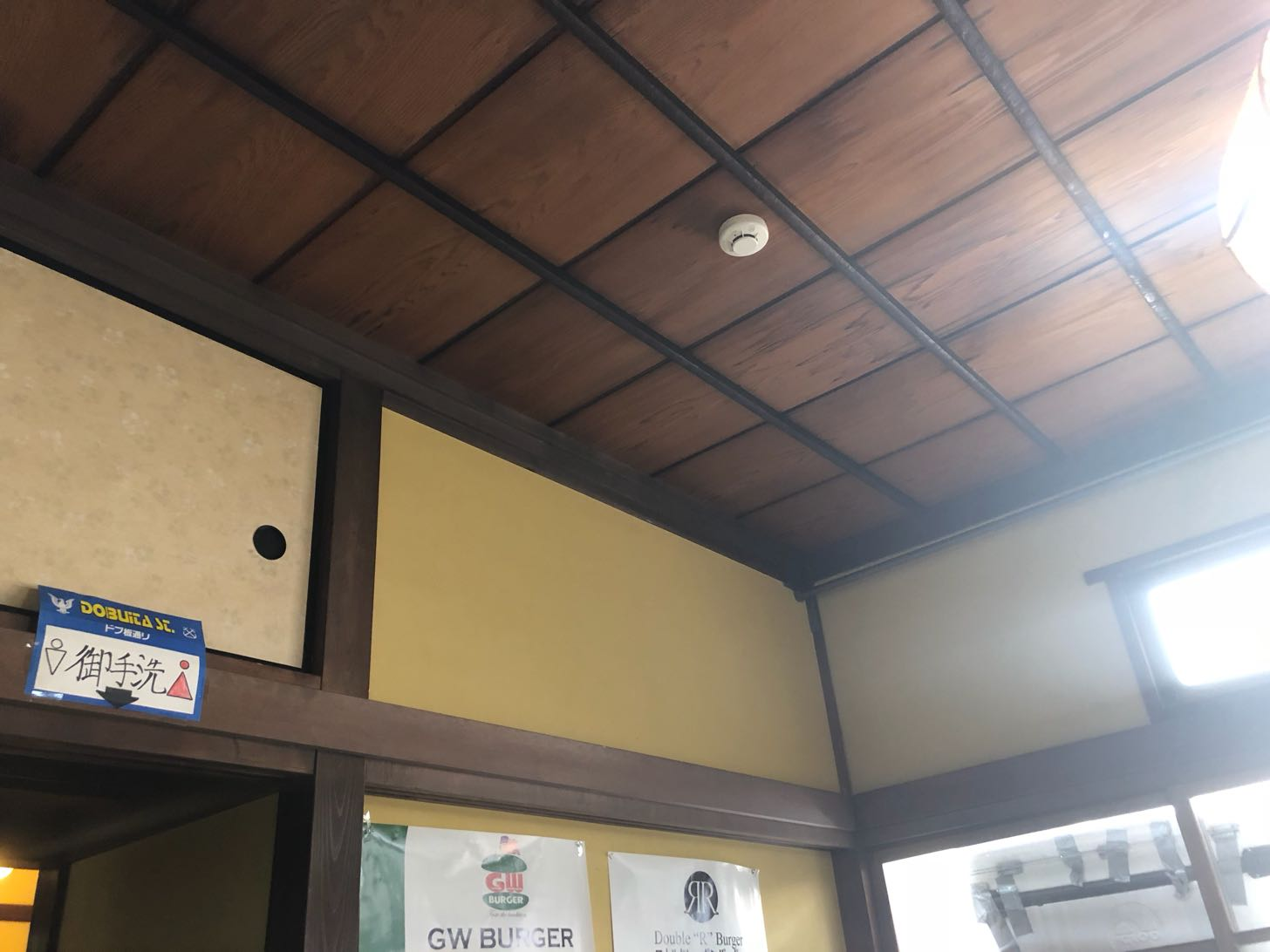 ツナミカレーアンドグリルの天井